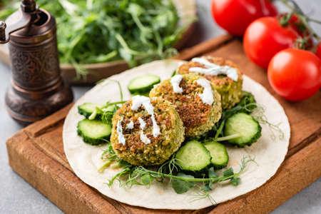 Vegetarian tortilla with falafel and vegetables and yogurt sauce Banque d'images