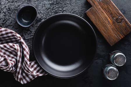 Empty black plate table setting 版權商用圖片