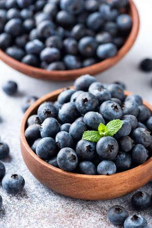 Fresh blueberries in a wooden bowl 版權商用圖片