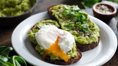 Toast with mashed avocado and poached egg 版權商用圖片
