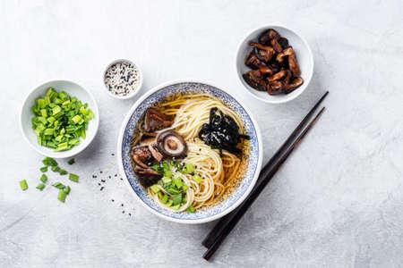 Ramen noodles with shiitake mushrooms 版權商用圖片