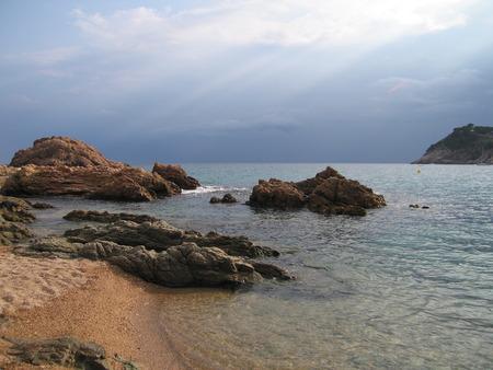 夕方には雨、トッサ ・ デ ・ マール、コスタ ・ ブラバ (スペイン) の前に海岸の景色 写真素材 - 61110611