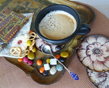 レトロな静物。クリーム、ビスケット、トレイにお菓子とコーヒーのカップ。デコパージュ。 写真素材