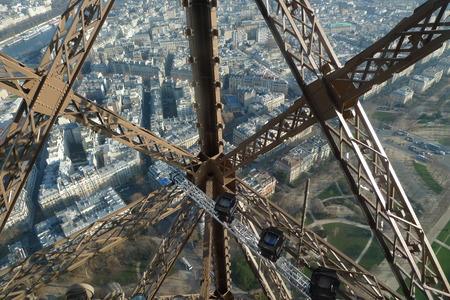 エッフェル塔からパリの金属構造体を表示します。