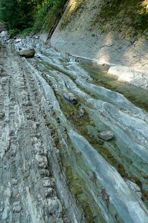 西ウクライナの渓流を乾燥岩河床 写真素材 - 61110843