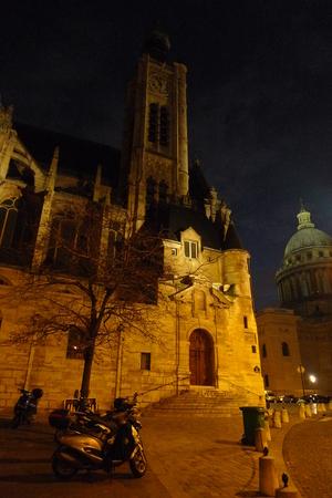 古代教会のサンテティエンヌ-デュ-モンブラン パリのパンテオン近く夜。クリスマス前に、の冬