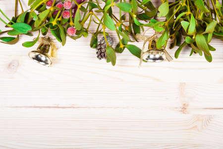 estrellas de navidad: Frontera del fondo de la Navidad con las decoraciones de la chucher�a de oro, el acebo, el mu�rdago, el abeto y el cedro verde cipr�s en el papel de pergamino antiguo. Foto de archivo