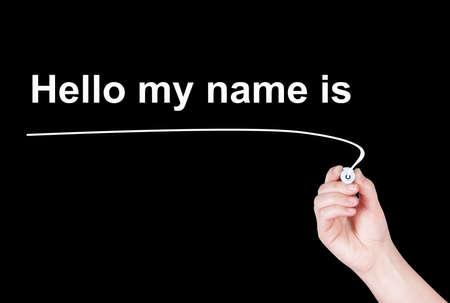 Ciao il mio nome è la parola scrivere su sfondo nero dalla mano della donna che regge la penna evidenziatore