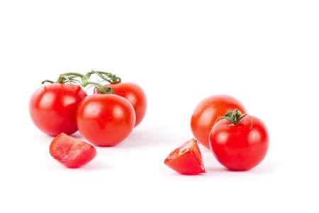 tomates: Tomates maduros frescos de cereza en la ramificación aislada en el fondo blanco