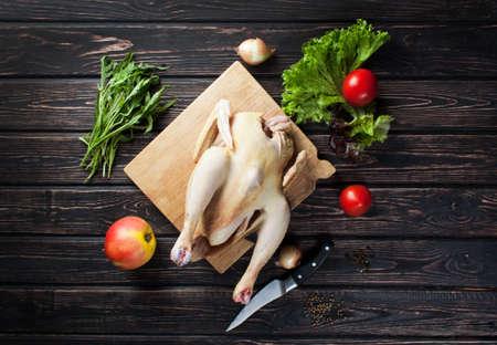 carcass: Kip karkas met groenten op houten bureau Stockfoto