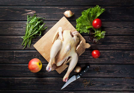 karkas: Kip karkas met groenten op houten bureau Stockfoto