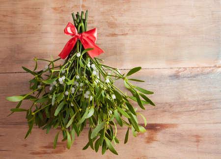 Broom van groene maretak op houtbureau. Natuur achtergrond. Kerstplant