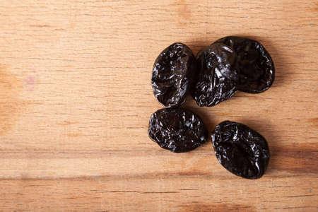 podar: ciruela seca en el escritorio de madera. Ingredientes de comida
