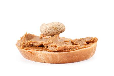 Mantequilla de maní y cacahuetes tostados aislados sobre fondo blanco
