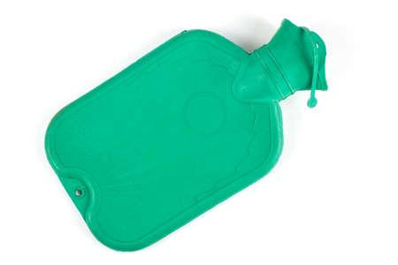 wärmflasche: Grüne Gummi medizinische Warmwasser-Flasche mit Wasser auf einem weißen Hintergrund gefüllt