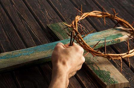 Kroon van doornen op houten bureau. Christelijk concept