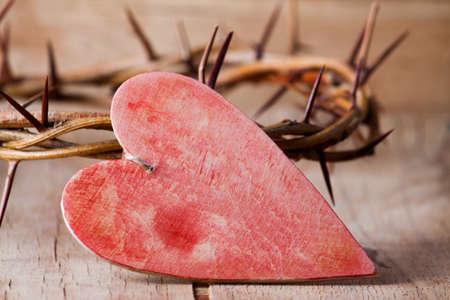 木製の机にいばらの冠木製の十字架。コンセプト愛
