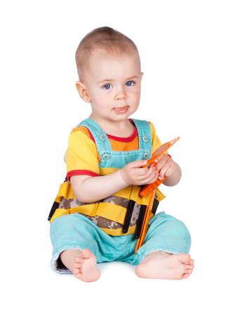 alicates: Niños con herramientas de juguete aisladas sobre fondo blanco. Concepto de construcción