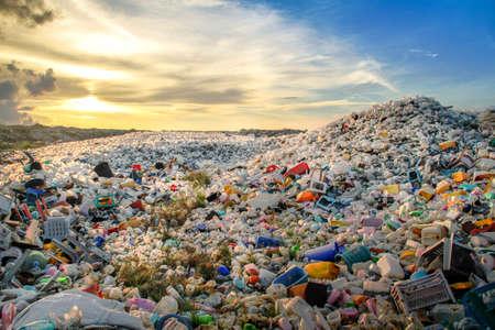 botellas de plástico de residuos y otros tipos de residuos plásticos en el depósito de residuos sólidos Thilafushi Foto de archivo