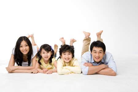 asia family: Miembros de Corea familia sonriente en una fila