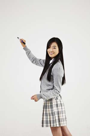 facial gestures: chica en uniforme escolar con las expresiones faciales y los gestos con las manos
