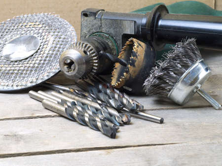 drill machine and attachments - wire brush, hole saw, grinding circle and assorted bits on wooden table 스톡 콘텐츠
