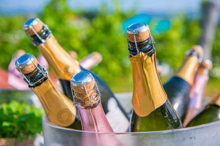 Champagne-flessen wachten om te worden geopend en geserveerd Stockfoto