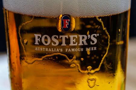 Gros plan d'un verre de Foster avec de la mousse Banque d'images - 58702255