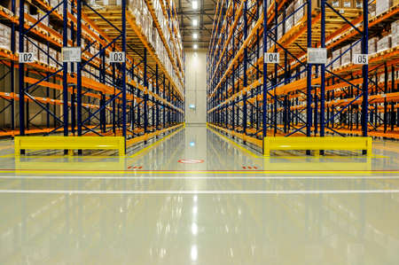 View through the racks of a large warehouse Éditoriale