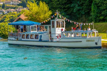 Maria Worth, Oostenrijk - Augustus 14 2016: Uitstekende toeristenboot Lorelei bij pijler die op toeristen wachten om op nostalgische bootrit op Worthersee in te schepen