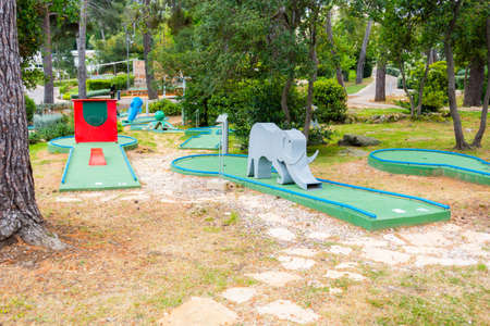 Mini golf course with elefant as obstacle Banque d'images - 101966679