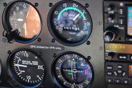 Primo piano del quadro strumenti di un aereo, indicatori classici, altimetro, indicatore di velocità verticale, indicatore di situazione orizzontale