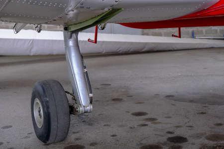 Landing gear close up, light sport aicraft wheel, main landing gear Banque d'images - 124691139