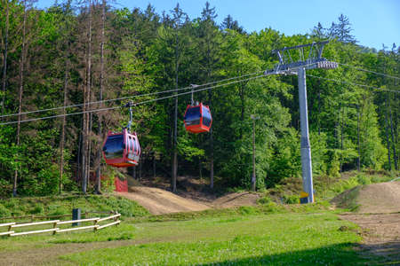Red cable cars of mountain cableway in Maribor, Pohorska vzpenjaca in Slovenia Banque d'images - 124692498