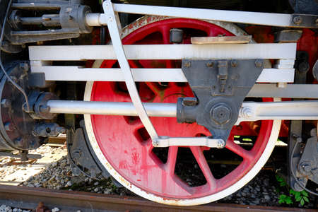 Vintage steam locomotive detail with cranks and red wheels, green bodywork, industrial heritage and transportation Banque d'images - 124692635