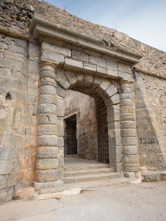 lepra: la puerta de la colonia de leprosos de la isla de Spinalonga, Creta, Grecia