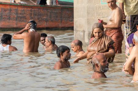 personas banandose: VARANASI, INDIA - 03 de septiembre 2014: La gente no identificada que se ba�an en el r�o Ganges Editorial