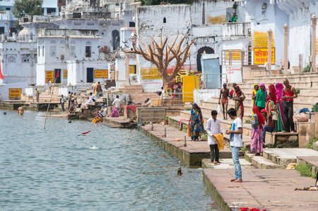 a bathing place: PUSHKAR, INDIA - SEPTEMBER 14, 2014: Unidentified people at Pushkar Lake