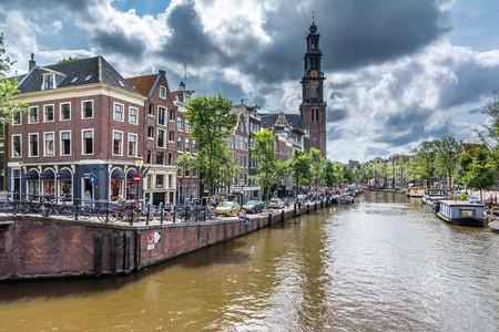 Vue sur l'église Westerkerk, la maison d'Anne Frank et le canal depuis la rue Prinsengracht