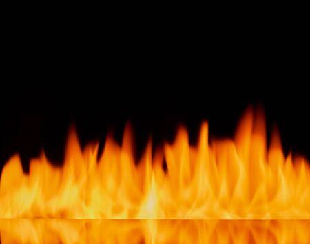 Feuerflammen auf schwarzem Hintergrund der abstrakten Kunst, brennende glühende Funken steigen.