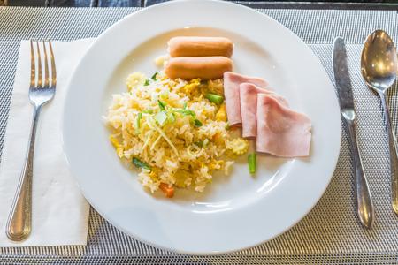 jamones: Arroz frito con jam�n salchicha y huevo en mesa de madera. VISTA SUPERIOR Foto de archivo