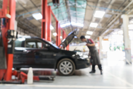 Blurred of car technician repairing the car in garage background. Imagens - 41677151