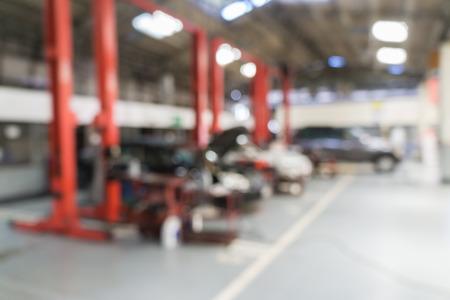 ガレージ背景の車は修理車技術者のぼやけています。 写真素材