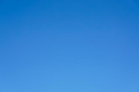 Heldere blauwe hemel alleen geen wolk en zonneschijnachtergrond. Stockfoto
