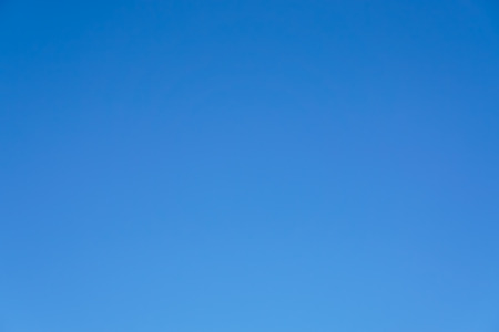 lineas horizontales: Sólo el cielo azul claro sin nubes y el sol de fondo. Foto de archivo