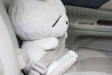 cinturón de seguridad: La seguridad ante todo: Muñeca de cinturón de seguridad con cinturón de seguridad en el interior del coche. Foto de archivo