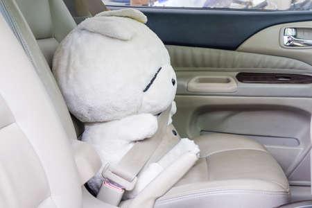 cinturon de seguridad: La seguridad ante todo: Muñeca de cinturón de seguridad con cinturón de seguridad en el interior del coche. Foto de archivo