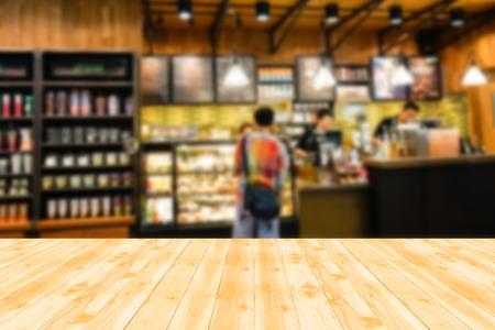 Holztischplatte mit Blur Hintergrund der Cafeteria
