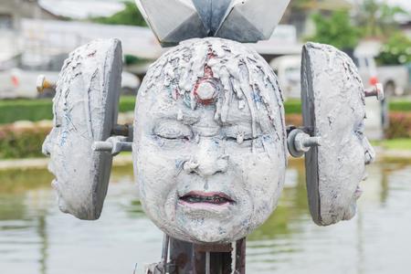 unconventional: Statua di testa mitologico in Wat Rong Khun. Wat Rong Khun � un tempio buddista non convenzionale contemporanea a Chiang Rai, provincia di Chiangmai, Thailandia.