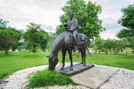 chiangrai: CHIANGRAI, THAILAND - August 31, 2015: statue of Abraham Lincoln reading while riding horse at raicherntawan temple Chiang Rai Thailand